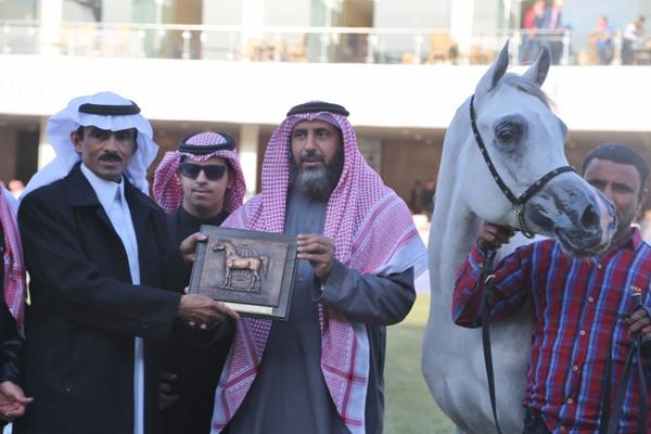 Eng. Abdulaziz Al Ghamlas (Deputy Supervisor General of KAAHC) presenting the WAHO Trophy to owner/breeder Mr. Abdullah bin Fahed Al Haqbani (Al Tinhat Stud)
