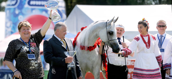 Emandoria with Urszula and Jerzy Bialobok on the occasion of winning the Polish National Champion Mare title in 2009.  Photo: Stuart Vesty